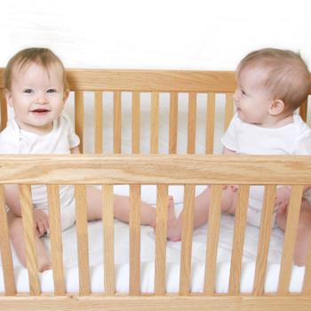Mengangkat Bayi Menangis dari Boks Bisa Menjadikan Dia Cengeng?