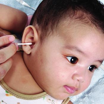 Membersihkan Telinga dan Mata Bayi