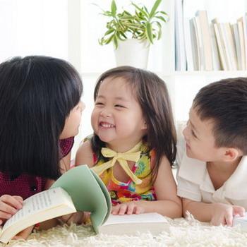 Ajarkan Anak Menolong Sesama Agar Ia Bahagia