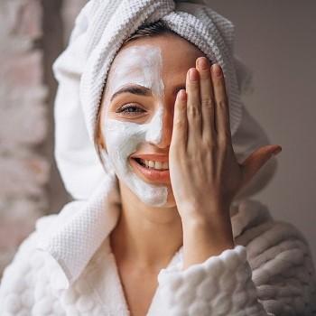 Sering Pakai Masker Kain? Ini 7 Langkah Perawatan Wajah untuk Anda!